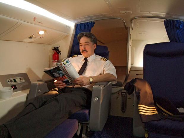 Soi cận cảnh chỗ nghỉ của các tiếp viên và phi công trên máy bay, có khi họ đang nằm ngủ ngay… dưới chân bạn đấy! - Ảnh 8.