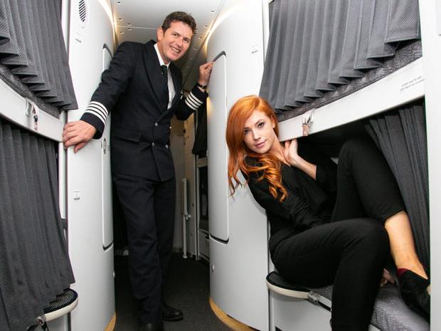 Soi cận cảnh chỗ nghỉ của các tiếp viên và phi công trên máy bay, có khi họ đang nằm ngủ ngay… dưới chân bạn đấy! - Ảnh 9.