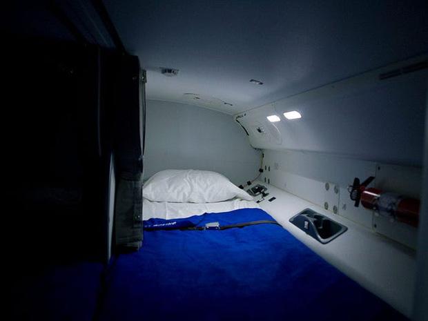 Soi cận cảnh chỗ nghỉ của các tiếp viên và phi công trên máy bay, có khi họ đang nằm ngủ ngay… dưới chân bạn đấy! - Ảnh 10.