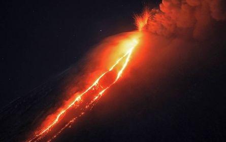 Núi lửa mạnh nhất của đại lục Á - Âu thức giấc, phun trào cột tro bụi cao gần 7km - Ảnh 1.