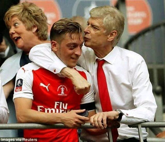 HLV Wenger tiết lộ bí quyết giúp Mesut Ozil phát huy tài năng - Ảnh 1.