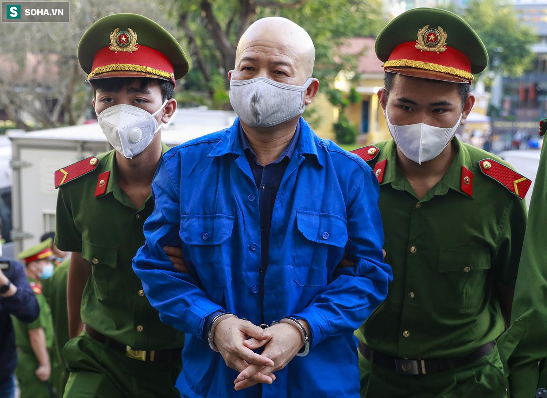 [Ảnh] Ông Đinh La Thăng đeo kính đen, bịt khẩu trang kín mít được áp giải tới toà cùng 18 bị cáo vụ cao tốc Trung Lương - Ảnh 10.