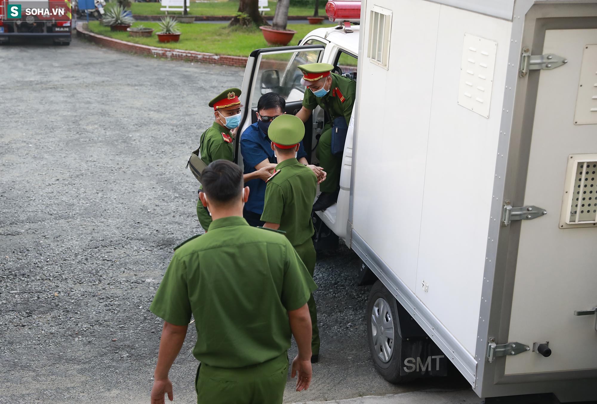 [Ảnh] Ông Đinh La Thăng đeo kính đen, bịt khẩu trang kín mít được áp giải tới toà cùng 18 bị cáo vụ cao tốc Trung Lương - Ảnh 7.