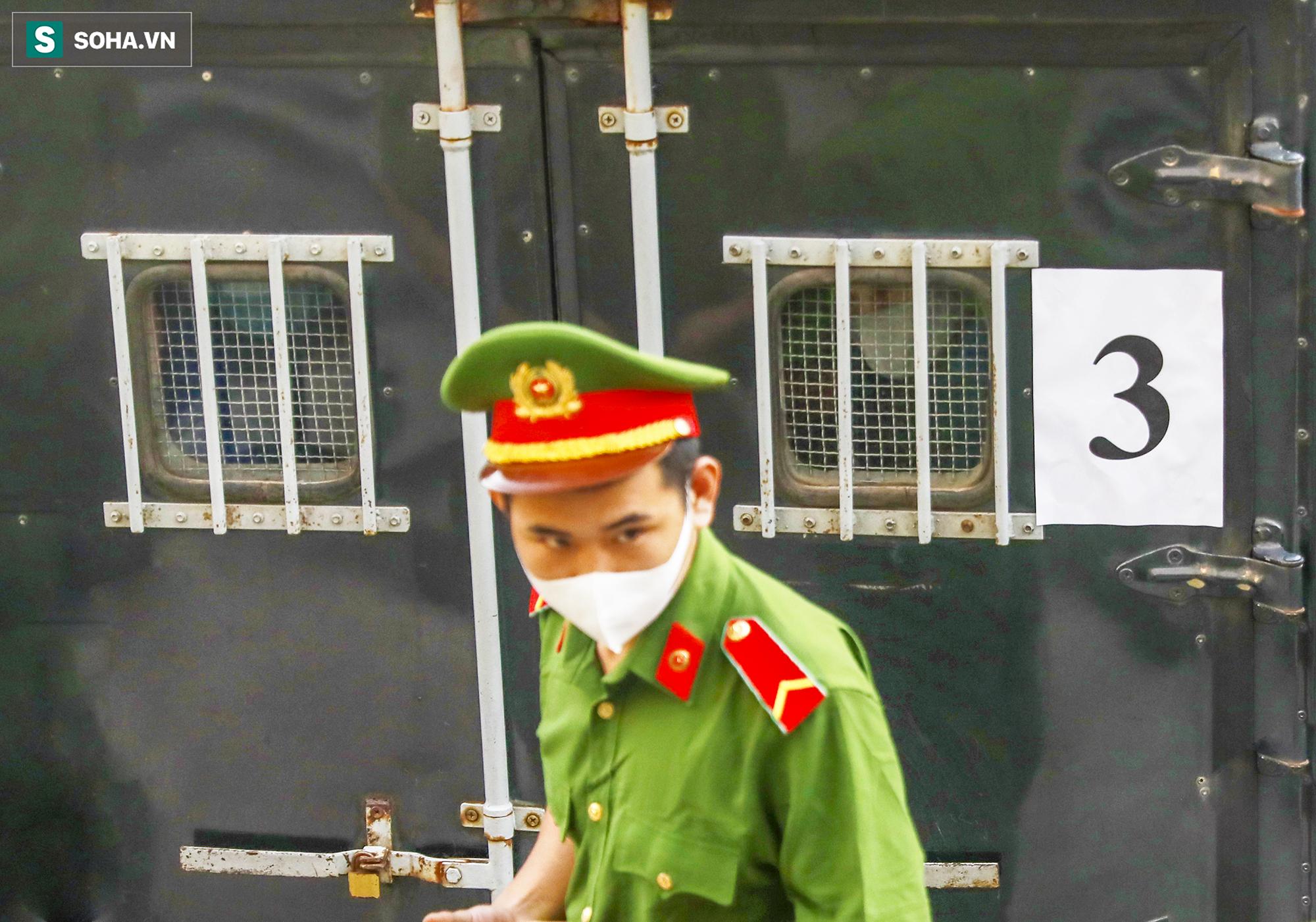 [Ảnh] Ông Đinh La Thăng đeo kính đen, bịt khẩu trang kín mít được áp giải tới toà cùng 18 bị cáo vụ cao tốc Trung Lương - Ảnh 9.