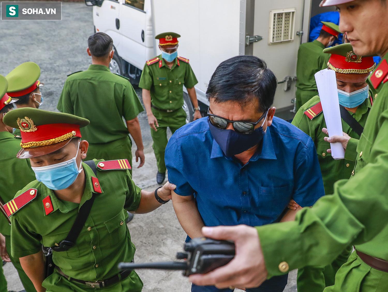 [Ảnh] Ông Đinh La Thăng đeo kính đen, bịt khẩu trang kín mít được áp giải tới toà cùng 18 bị cáo vụ cao tốc Trung Lương - Ảnh 8.
