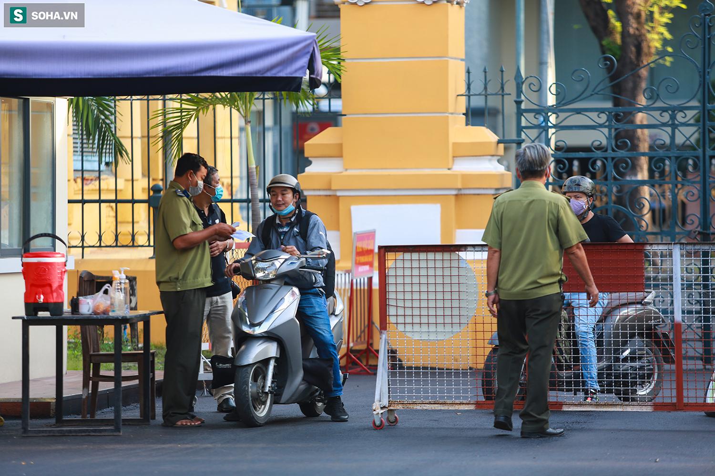 [Ảnh] Ông Đinh La Thăng đeo kính đen, bịt khẩu trang kín mít được áp giải tới toà cùng 18 bị cáo vụ cao tốc Trung Lương - Ảnh 2.