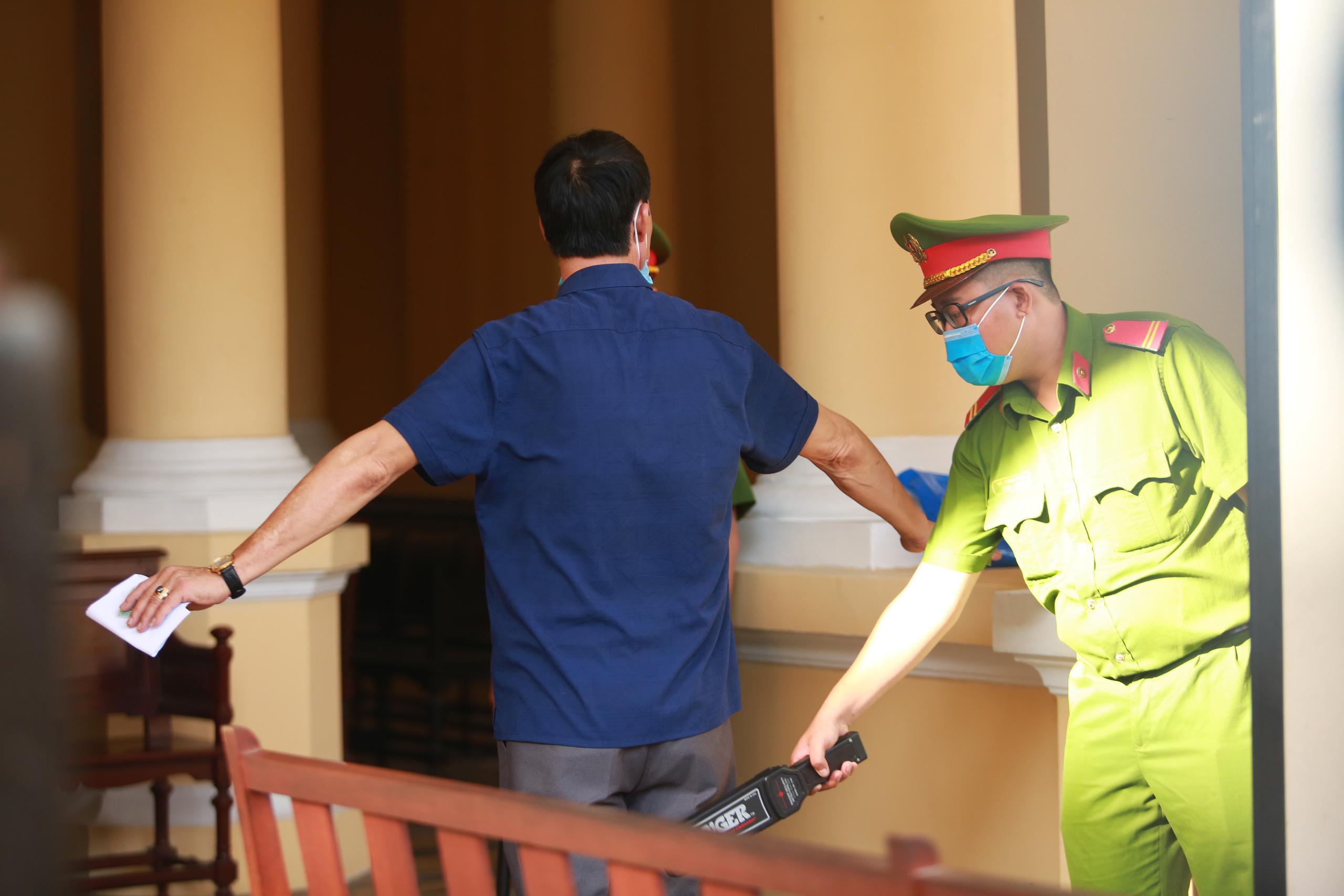 [Ảnh] Ông Đinh La Thăng đeo kính đen, bịt khẩu trang kín mít được áp giải tới toà cùng 18 bị cáo vụ cao tốc Trung Lương - Ảnh 13.