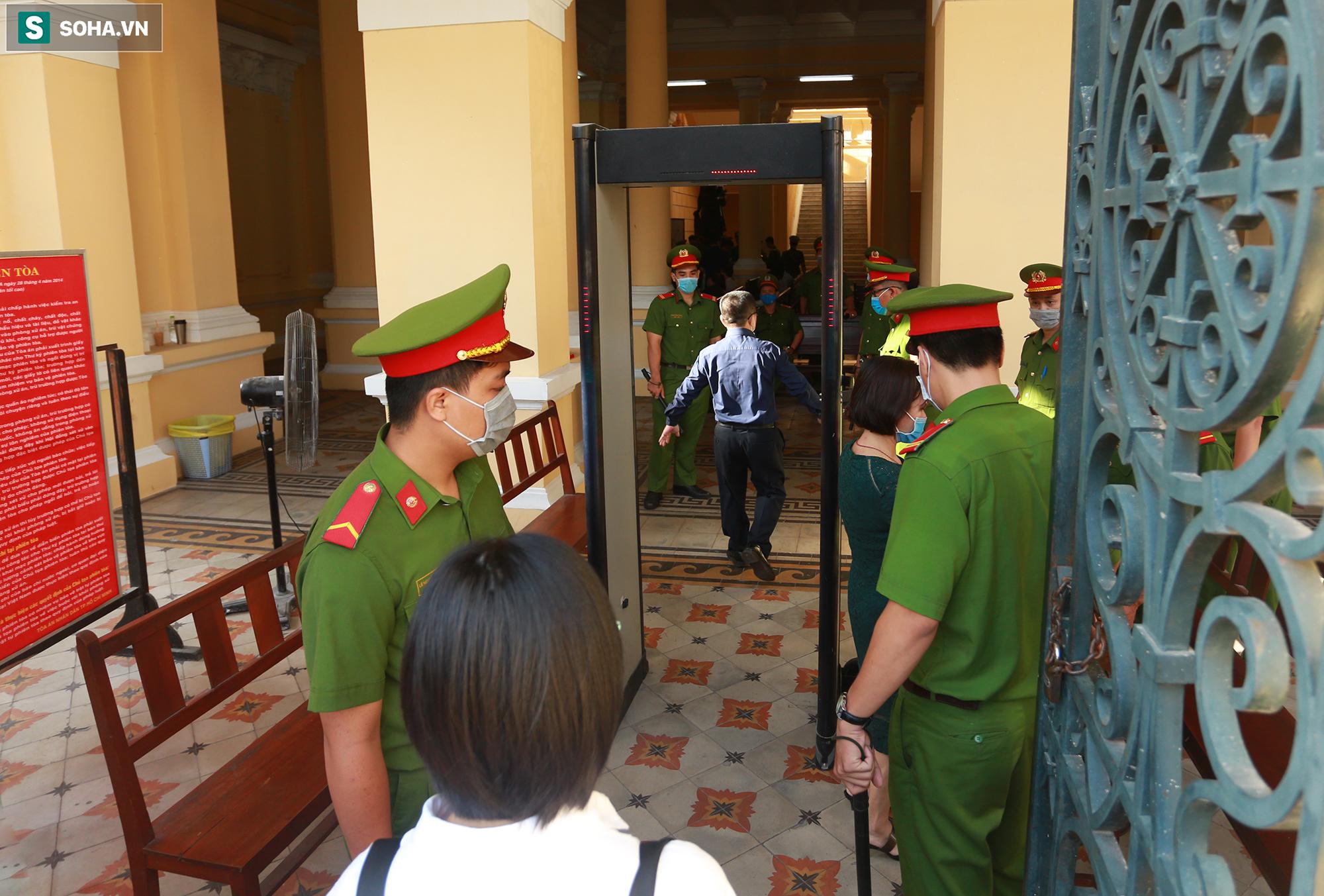 [Ảnh] Ông Đinh La Thăng đeo kính đen, bịt khẩu trang kín mít được áp giải tới toà cùng 18 bị cáo vụ cao tốc Trung Lương - Ảnh 12.