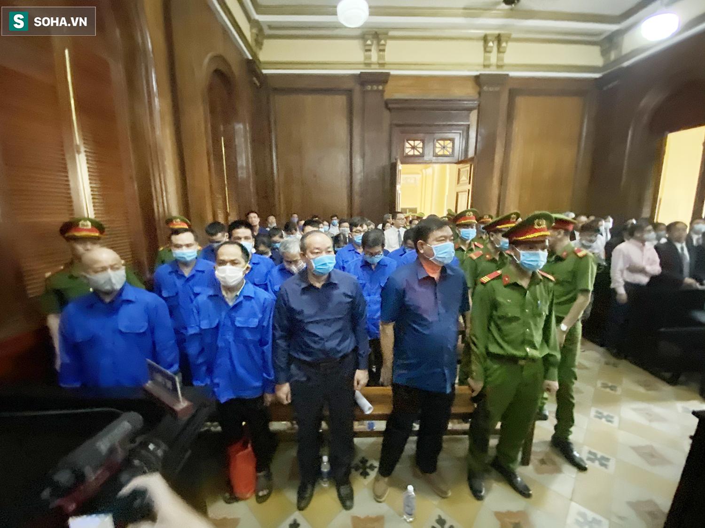 [Ảnh] Ông Đinh La Thăng đeo kính đen, bịt khẩu trang kín mít được áp giải tới toà cùng 18 bị cáo vụ cao tốc Trung Lương - Ảnh 15.