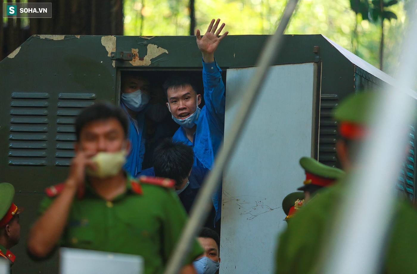 [Ảnh] Người thân đuổi theo xe bít bùng, đu bám hàng rào để nhìn 19 bị cáo vụ Tuấn khỉ ở toà án - Ảnh 4.
