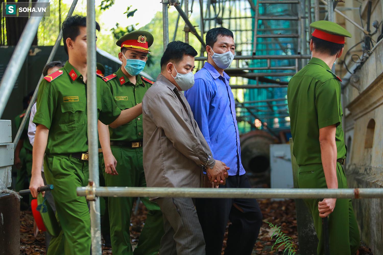 [Ảnh] Người thân đuổi theo xe bít bùng, đu bám hàng rào để nhìn 19 bị cáo vụ Tuấn khỉ ở toà án - Ảnh 5.