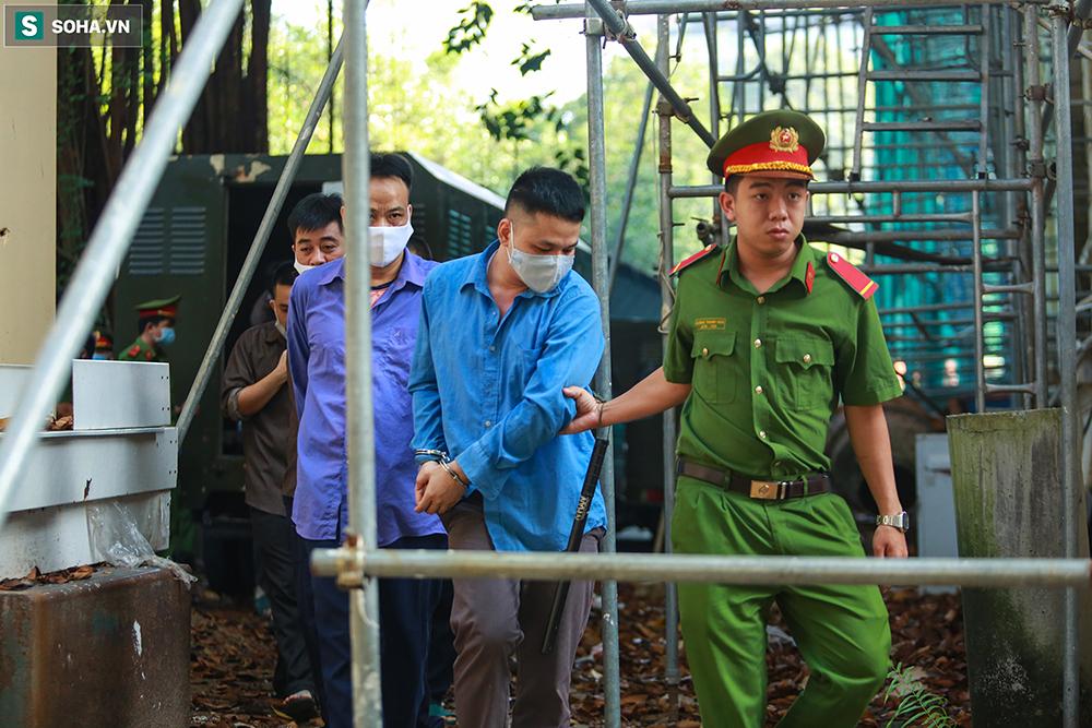 [Ảnh] Người thân đuổi theo xe bít bùng, đu bám hàng rào để nhìn 19 bị cáo vụ Tuấn khỉ ở toà án - Ảnh 7.