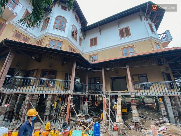 Cận cảnh căn biệt thự ngàn tấn ở phố nhà giàu Sài Gòn được thần đèn nâng cao 2m để chống ngập - Ảnh 1.