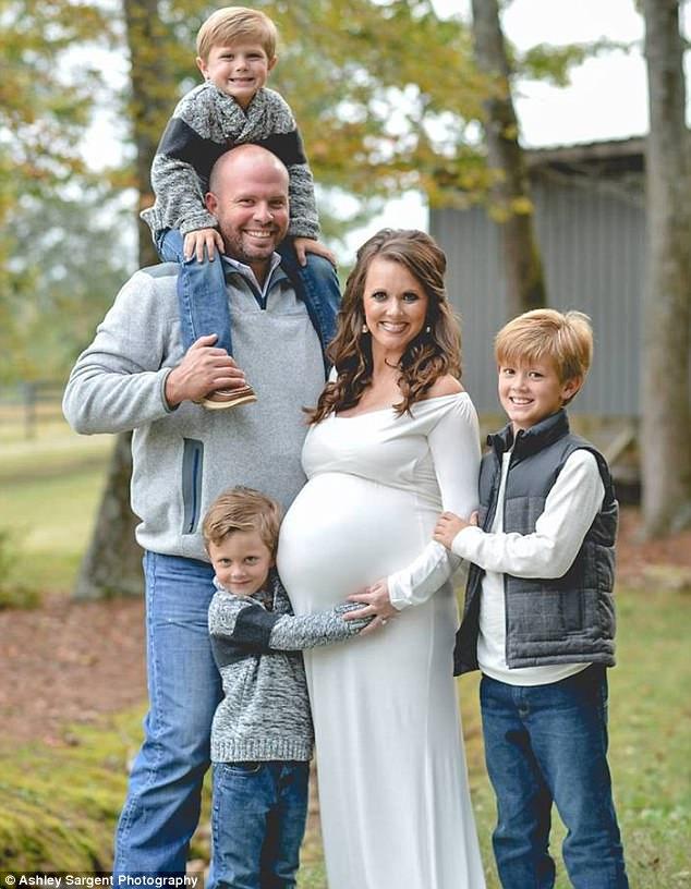 Có 3 con rồi vẫn muốn sinh thêm, cặp vợ chồng choáng váng khi nhìn vào màn hình siêu âm - Ảnh 2.