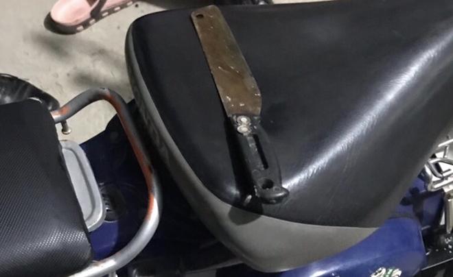 Kề dao vào cổ bé gái cướp điện thoại - Ảnh 2.