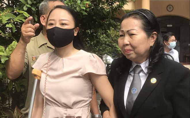 Tuyên phạt tài xế lái Mercedes tông nữ tiếp viên VNA thương tật 7 năm 6 tháng tù, mẹ bị cáo gào khóc tại tòa  - Ảnh 1.