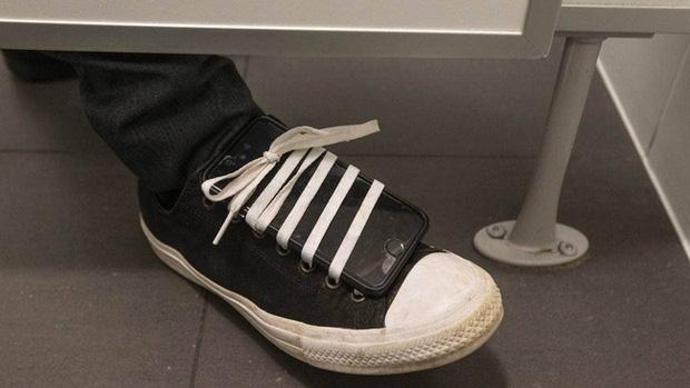Đôi giày kỳ lạ tố cáo sở thích bệnh hoạn kéo dài 10 năm của vị bác sĩ Singapore đầy thủ đoạn - Ảnh 1.