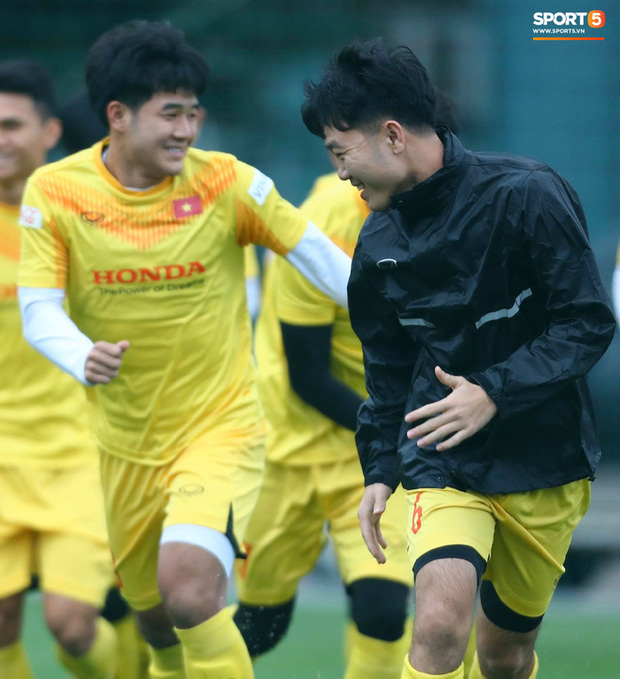 Hà Đức Chinh cà khịa Xuân Trường, làm trò vui khiến cả đội bật cười - Ảnh 3.
