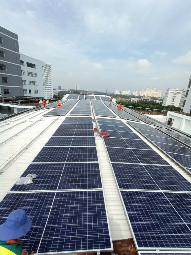 Lắp càng nhiều thì càng rẻ: Giá thành điện mặt trời đã giảm 89% chỉ trong 10 năm - Ảnh 2.