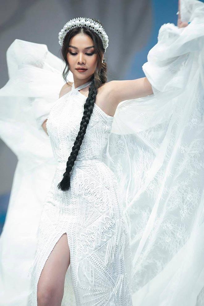 Siêu mẫu Thanh Hằng ở tuổi 37: Chưa lấy chồng, chăm khoe ảnh nóng bỏng - Ảnh 2.