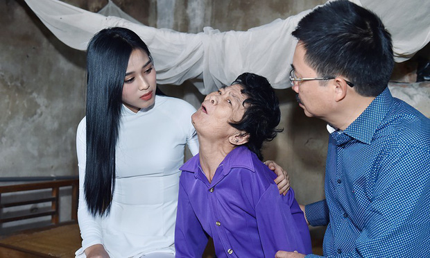 Hoa hậu Đỗ Thị Hà hỏi thăm và trao quà cho những hoàn cảnh khó khăn, cùng bố mẹ cúng bái Tổ tiên tại quê nhà Thanh Hoá - Ảnh 1.