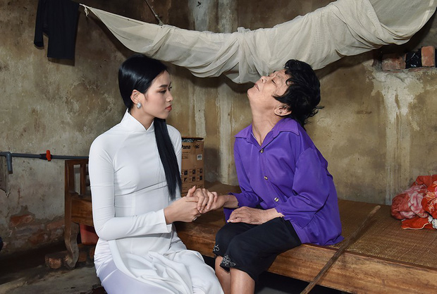 Hoa hậu Đỗ Thị Hà hỏi thăm và trao quà cho những hoàn cảnh khó khăn, cùng bố mẹ cúng bái Tổ tiên tại quê nhà Thanh Hoá - Ảnh 2.