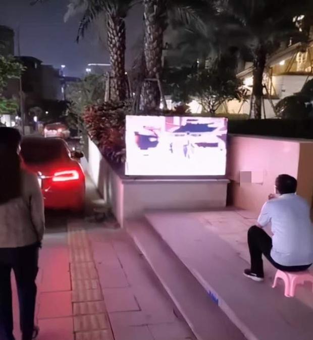 Ông bố thất thểu ngồi xem TV ngoài đường, hàng xóm đi qua hỏi thăm, nghe lý do liền tặc lưỡi: Muốn con học giỏi thì phải chịu! - Ảnh 1.