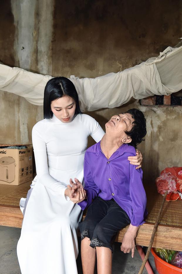 Hoa hậu Đỗ Thị Hà hỏi thăm và trao quà cho những hoàn cảnh khó khăn, cùng bố mẹ cúng bái Tổ tiên tại quê nhà Thanh Hoá - Ảnh 3.