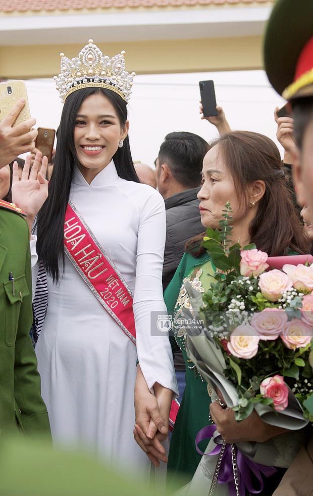 2 nàng hậu chân dài nhất nhì Vbiz Đỗ Thị Hà - Lương Thuỳ Linh chung khung hình, tân Hoa hậu lộ body gầy gò sau 2 tuần - Ảnh 5.