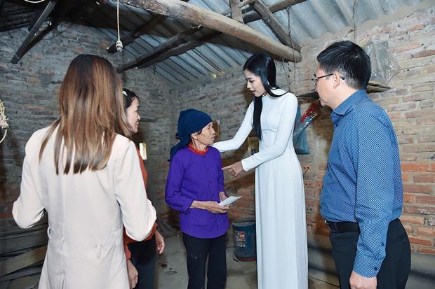 Hoa hậu Đỗ Thị Hà hỏi thăm và trao quà cho những hoàn cảnh khó khăn, cùng bố mẹ cúng bái Tổ tiên tại quê nhà Thanh Hoá - Ảnh 4.