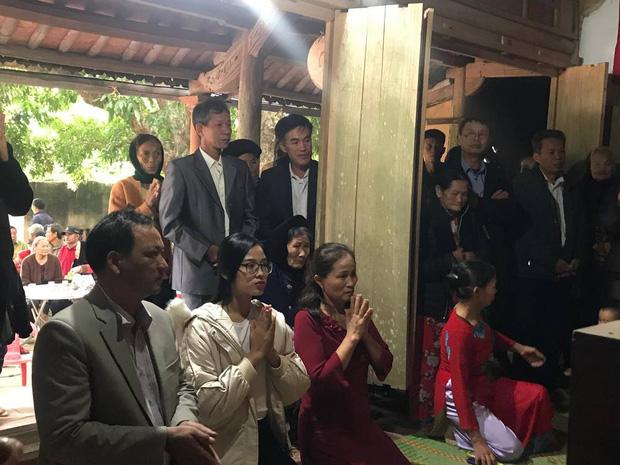 Hoa hậu Đỗ Thị Hà hỏi thăm và trao quà cho những hoàn cảnh khó khăn, cùng bố mẹ cúng bái Tổ tiên tại quê nhà Thanh Hoá - Ảnh 5.