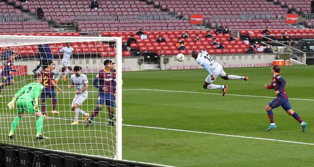 Barcelona 2-2 Valencia: Messi cân bằng kỷ lục của Pele nhưng Barca vẫn chia điểm - Ảnh 2.
