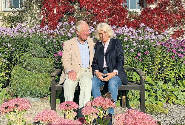Vợ chồng Thái tử Charles rạng rỡ và ấm áp trong vườn hoa tràn đầy màu sắc.