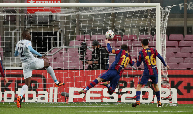 Barcelona 2-2 Valencia: Messi cân bằng kỷ lục của Pele nhưng Barca vẫn chia điểm - Ảnh 4.