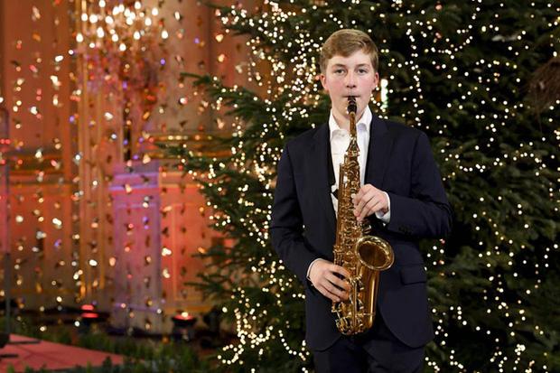 Hoàng tử Emmanuel biểu diễn chơi kèn saxophone.