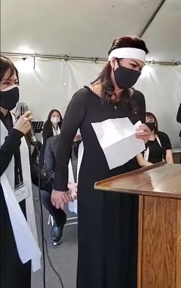 Hát tiễn đưa chồng lần cuối, vợ cố nghệ sĩ Chí Tài gục xuống, khóc nghẹn - Ảnh 1.