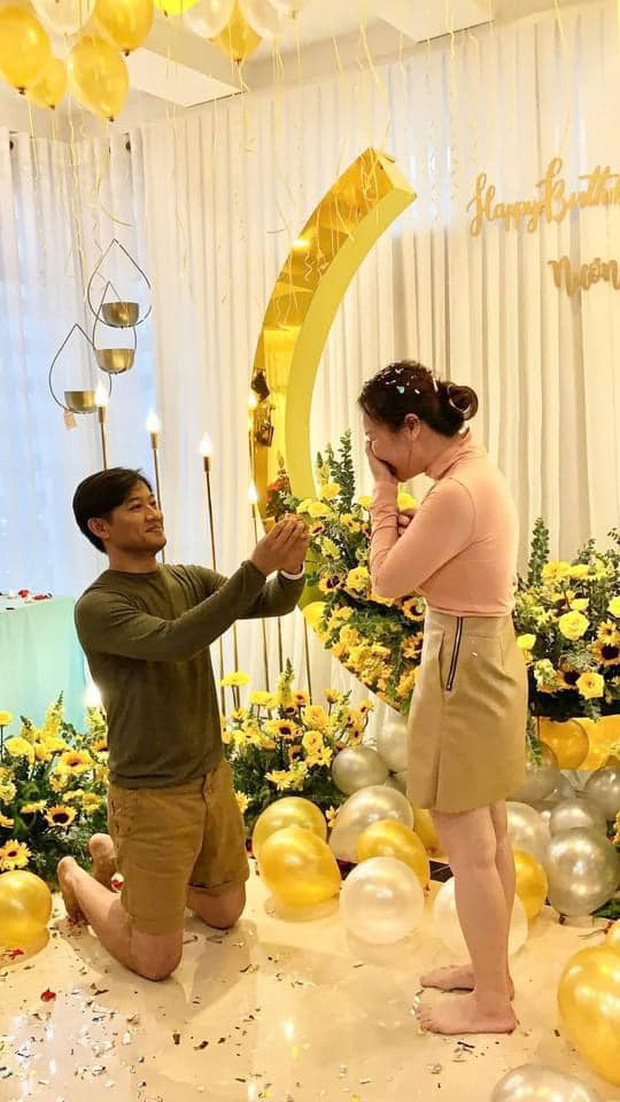 Quý Bình lần đầu hé lộ khoảnh khắc cầu hôn bà xã doanh nhân, không cần nến và hoa nhưng nàng vẫn vỡ oà hạnh phúc! - Ảnh 1.