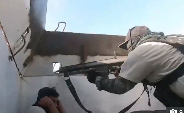 Video: Khoảnh khắc phóng viên truyền hình Mexico rơi vào cảnh đấu súng với băng đảng ma túy - Ảnh 2.