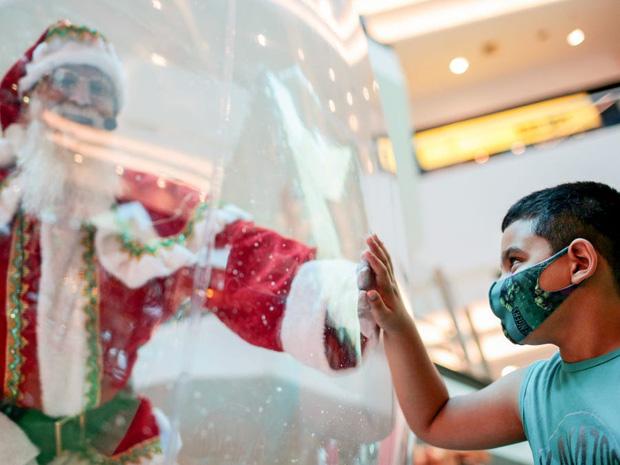 Khi mùa Noel vẫn trùng mùa dịch Covid-19: Nhìn ảnh để thấy thế giới thực sự đang đón một Giáng sinh kỳ lạ nhất từ trước đến nay - Ảnh 1.
