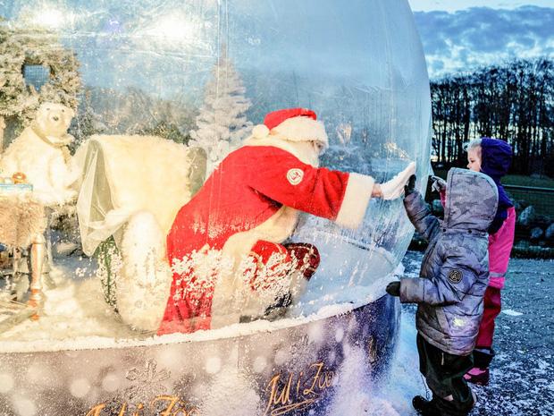 Khi mùa Noel vẫn trùng mùa dịch Covid-19: Nhìn ảnh để thấy thế giới thực sự đang đón một Giáng sinh kỳ lạ nhất từ trước đến nay - Ảnh 2.