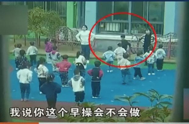 Phát hiện giáo viên kéo xềnh xệch con trai ra một góc, bà mẹ tức giận gọi điện, nhưng nghe giải thích lại quay ra xin lỗi - Ảnh 1.