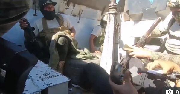 Video: Khoảnh khắc phóng viên truyền hình Mexico rơi vào cảnh đấu súng với băng đảng ma túy - Ảnh 4.