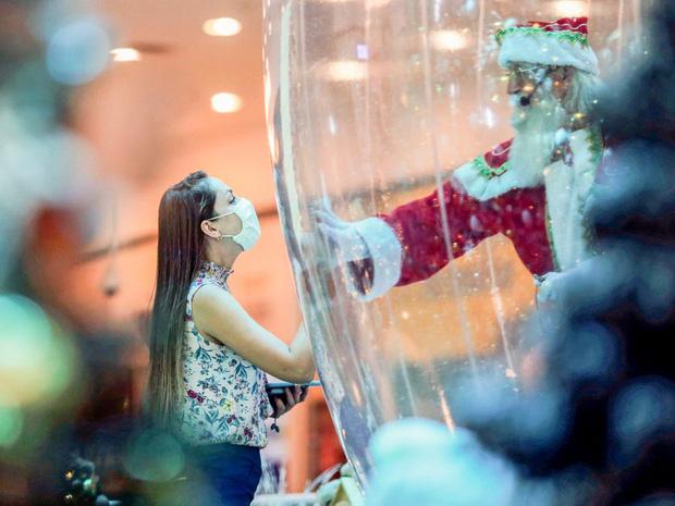 Khi mùa Noel vẫn trùng mùa dịch Covid-19: Nhìn ảnh để thấy thế giới thực sự đang đón một Giáng sinh kỳ lạ nhất từ trước đến nay - Ảnh 3.