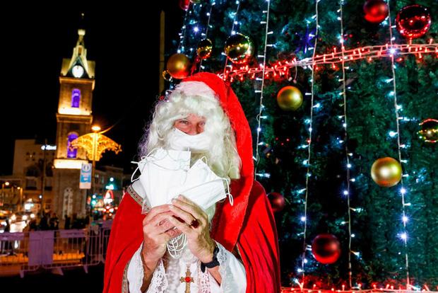 Khi mùa Noel vẫn trùng mùa dịch Covid-19: Nhìn ảnh để thấy thế giới thực sự đang đón một Giáng sinh kỳ lạ nhất từ trước đến nay - Ảnh 5.