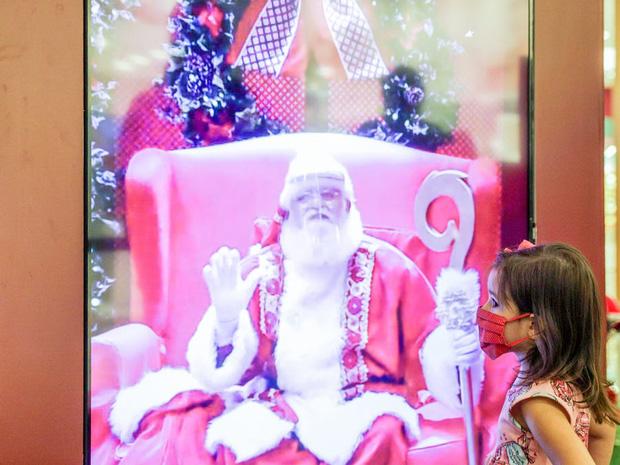 Khi mùa Noel vẫn trùng mùa dịch Covid-19: Nhìn ảnh để thấy thế giới thực sự đang đón một Giáng sinh kỳ lạ nhất từ trước đến nay - Ảnh 9.
