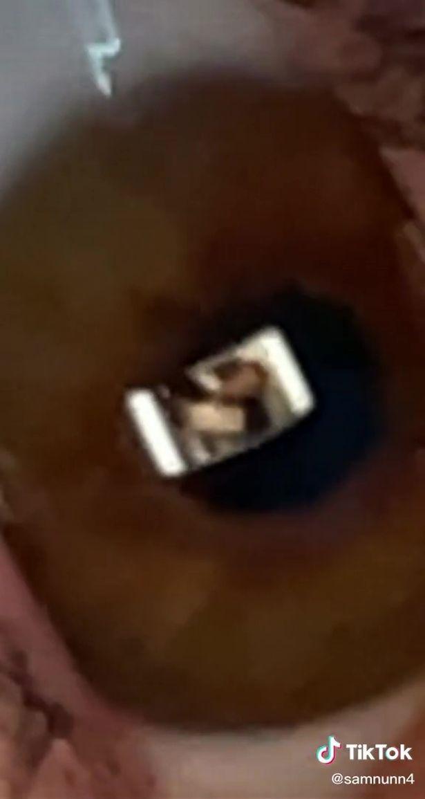 Đang ngồi cạnh, chàng trai bắt quả tang bạn gái phản bội qua hình ảnh phản chiếu trong mắt - Ảnh 2.