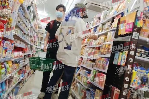 Năm 2020 phủ đen showbiz Hoa ngữ: Anh trai Minh Đạo giết vợ, Triệu Vy - Huỳnh Hiểu Minh ngoại tình và 1001 drama không hồi kết - Ảnh 12.