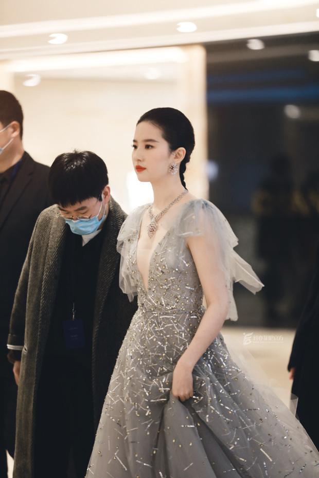 Top 1 Weibo sáng nay: Lưu Diệc Phi gây thất vọng khi lộ hình ảnh tăng cân, còn đâu nhan sắc khuynh thành ngày trước - Ảnh 4.