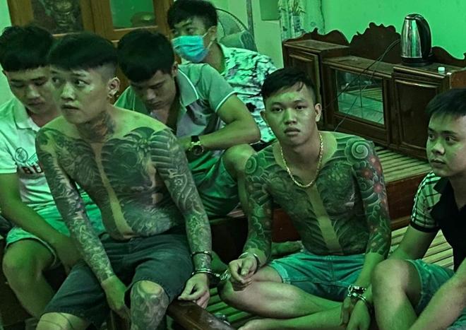 Nhóm thanh niên xăm trổ thuê nhà để sử dụng ma tuý - Ảnh 1.