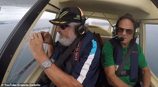 Video: Làm rơi điện thoại iPhone trên máy bay và điều bất ngờ sau đó - Ảnh 2.